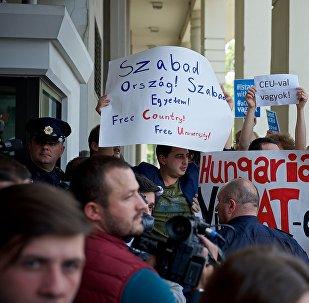 Премьер-министра Венгрии в Тбилиси встретили акциями протеста GEO VERS