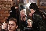 Модели готовятся к выходу на подиум в ходе одного из показов модной коллекции в рамках новой Тбилисской Недели моды