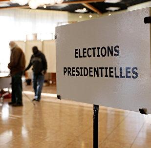 Люди голосуют в первом раунде президентских выборов 2017 года на избирательном участке в Вауль-ан-Велине около Лиона, Франция