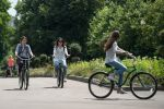 Девушки на велосипедах в Центральном парке культуры и отдыха имени Горького в Москве