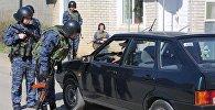 Сотрудники полиции досматривают автомобиль в Буйнакске