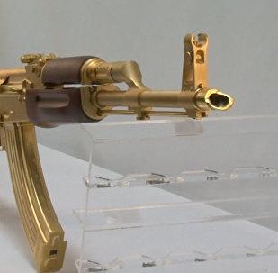 Жителей Техаса удивили золотым Калашниковым: кадры дорогой игрушки