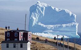 Маленький городок на канадском острове Ньюфаундленд вдруг превратился в туристическую достопримечательность и все благодаря красивейшему айсбергу