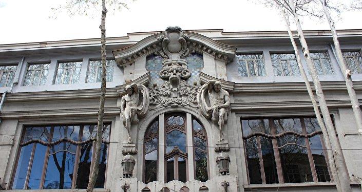 Скульптурная композиция над дверным проемом