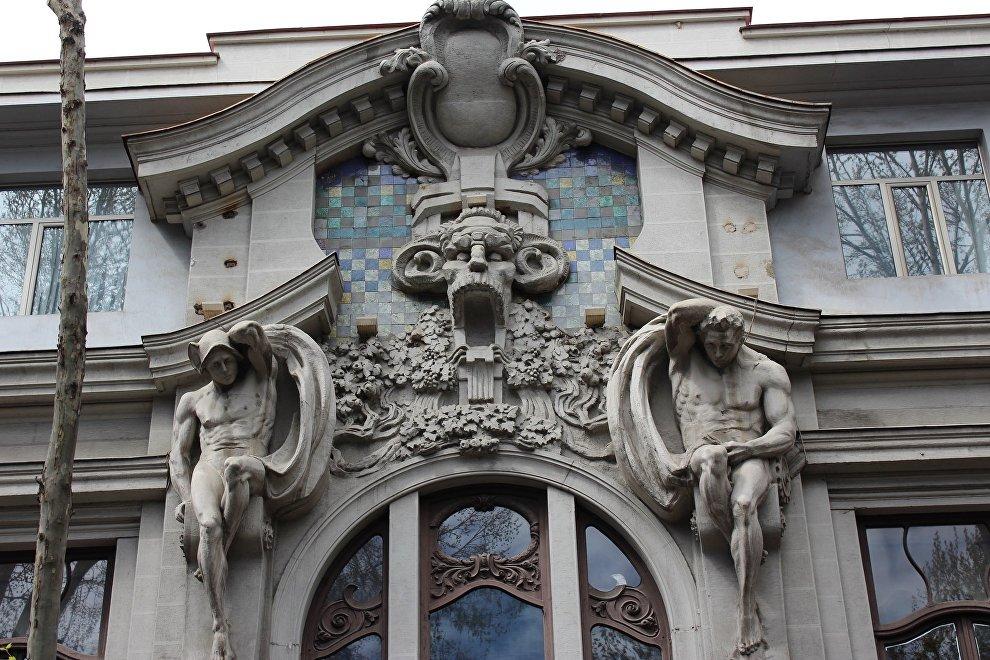 Атланты и маскарон - самая эффектная часть фасадного украшения