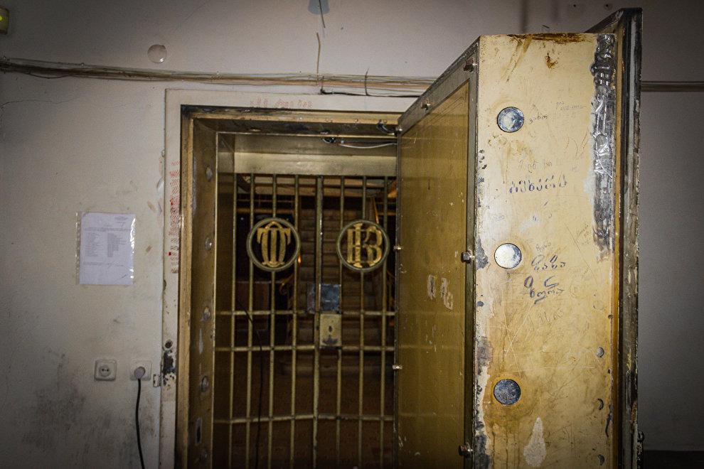 Железная дверь и решетки, ведущие в хранилище Национального банка