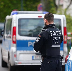 Полицейский следит за порядком в Берлине