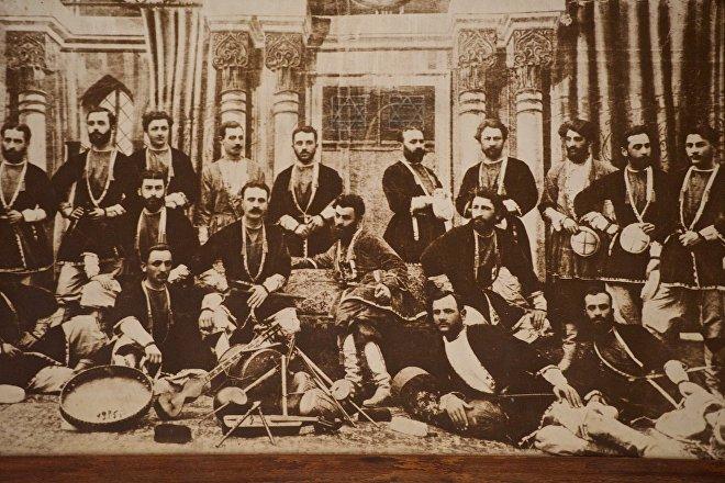 Первый состав ансамбля грузинских песен и танцев Эрисиони, основанного в 1885 году. На фото в центре - основатель ансамбля Ладо Агниашвили и чех Иосиф Навратил.