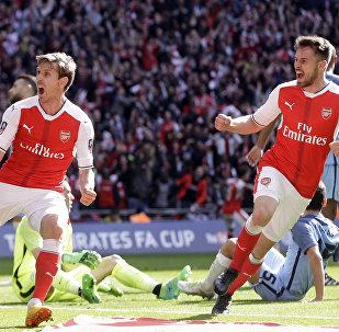 Игроки Арсенала Начо Монреаль и Аароном Рамси радуются забитому голу во время полуфинального матча Кубка Англии по футболу между Arsenal и Manchester City на стадионе Уэмбли в Лондоне