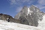 Бывший президент Грузии Михаил Саакашвили спускается с горы на лыжах на горнолыжном курорте в Сванетии, архивное фото