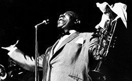 Джазмен, оказавший огромное влияние на развитие джаза, родился в самом бедном негритянском районе Нового Орлеана. Свое первое музыкальное образование Луи получил в исправительном лагере для цветных подростков, куда он попал за то, что стрелял из пистолета в Новый год. В лагере Луи стал участником местного духового оркестра, где он научился играть на тамбурине, альтгорне и кларнете. Его любовь к музыке и настойчивость помогли ему добиться успеха, и теперь каждый из нас знает и любит его хрипловатый бас.На фото - Луи Армстронг на джазовом фестивале в Атланте, 1966