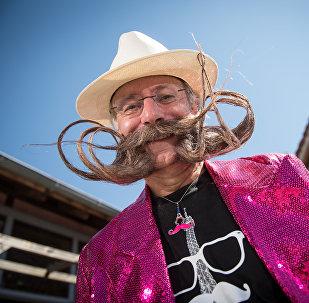 Участник конкурса с усами и бородой в форме Эйфелевой башни