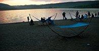 Отдыхающие жители Тбилиси на озере Лиси смотрят на закат