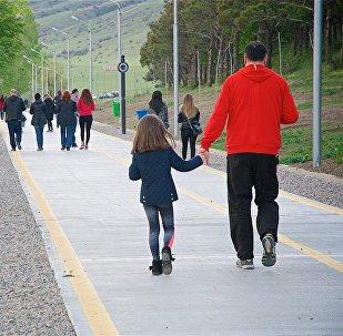Отдыхающие жители Тбилиси прогуливаются по дорожкам вдоль озера Лиси