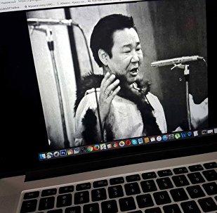 Пользователь смотрит на компьютере запись выступления Кола Бельды