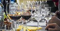 Бокалы с красным вином на столе