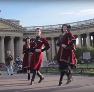 Танец хевсурули на фоне Казанского собора в Санкт-Петербурге