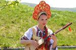 Девушка-оркестр из Бишкека исполняла киргизские народные мелодии на комузе