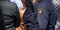 Сотрудники патрульной полиции в форме во время несения службы