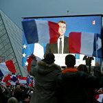 После объявления итогов второго тура президентских выборов во Франции изображение Эммануэля Макрона транслировалось на больших экранах в центре Парижа перед его избирателями