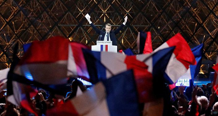 Избранный президент Франции Эммануэль Макрон обращается к своим избирателям на праздничном митинге у Лувра, Париж