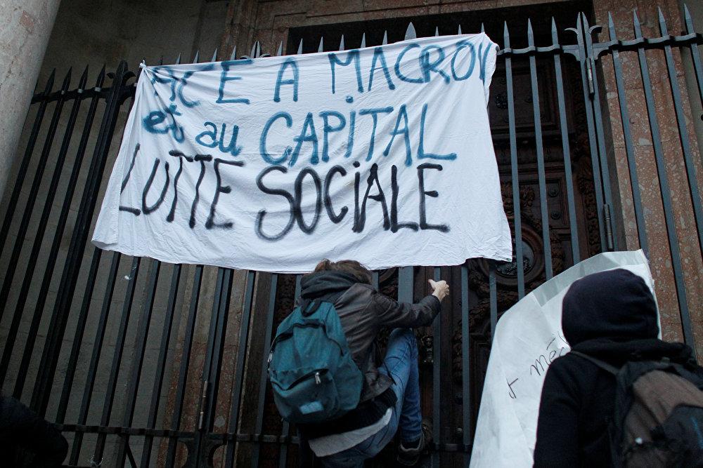 После объявления победы Макрона на улицы Парижа вышли недовольные итогами голосования. Демонстранты держат плакат с лозунгом Социальная борьба после объявления победы Эммануэля Макрона на выборах президента Франции