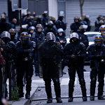 Сотрудники французской полиции в центре Парижа стоят напротив демонстрантов, которые вышли на улицы, выражая протест против объявления Эммануэля Макрона избранным президентом страны после второго тура выборов