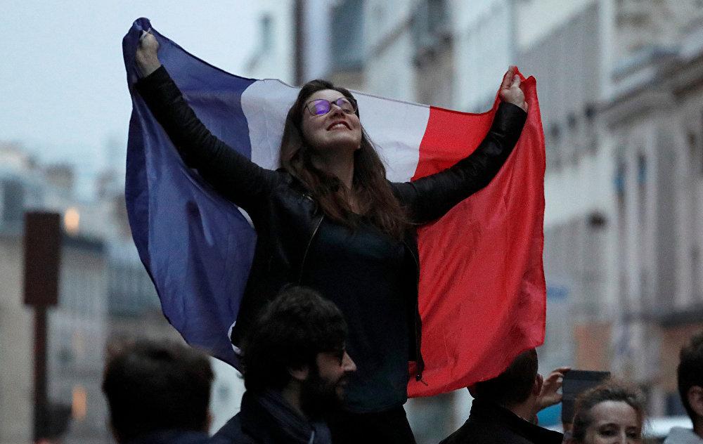 Сторонница избранного президента Франции Эммануэля Макрона радуется его победе на выборах