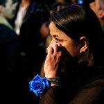 Сторонница кандидата в президенты Франции Марин Ле Пен в ее избирательном штабе плачет после объявления предварительных итогов второго тура выборов, где победу одержал Эммануэль Макрон