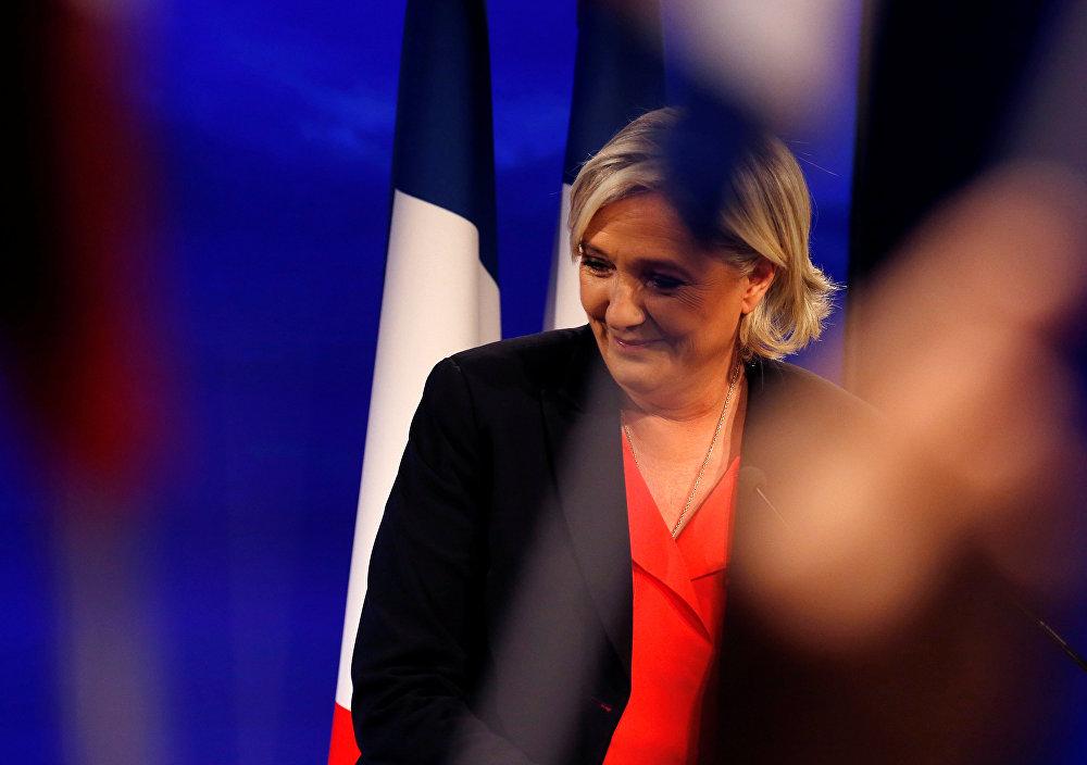 Кандидат от французской Национальной партии Марин Ле Пен признает поражение на выборах президента Франции в своем избирательном штабе в Шато дю Лак в Париже