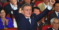 Кандидат в президенты Южной Кореи Мун Чжэ Ин от Демократической партии во время оглашения результатов экзит-полов на президентских выборах в зале Национального собрания в Сеуле
