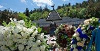 Венки у могилы Неизвестного солдата в парке Ваке в Тбилиси
