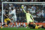Португальский форвард Реала Криштиану Роналду забивает гол в ворота Атлетико, ворота которого защищал словенский голкипер Ян Облак, в ходе первого полуфинального матча Лиги чемпионов УЕФА между Real Madrid и Atletico de Madrid на стадионе Сантьяго Бернабеу в Мадриде 2 мая , 2017 года