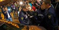 Участники акции протеста Аудитории 115 спорят с сотрудниками полиции