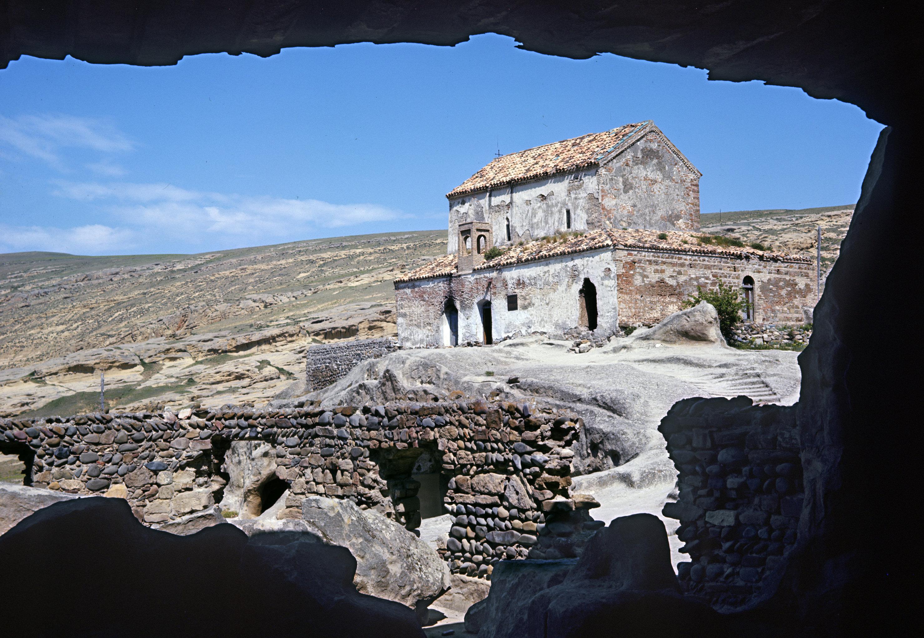 Церковь на территории Уплисцихе, древнего пещерного города