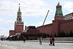 Прохожие рядом с мавзолеем В.И. Ленина на Красной площади в Москве