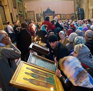 Православные верующие на праздничной службе в День Святого Андрея Первозванного в храме Сиони