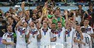Игроки сборной Германии во время церемонии награждения после финального матча чемпионата мира по футболу 2014