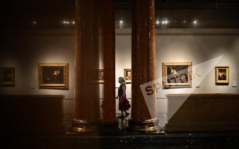 Посетительница во время акции Ночь в музее в Государственном музее изобразительных искусств имени Пушкина