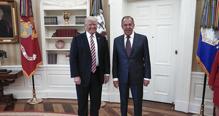 Президент США Дональд Трамп с министром иностранных дел России Сергеем Лавровым на встрече в Белом доме в Вашингтоне