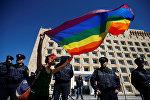 Активистка ЛГБТ сообщества участвует в акции у здания правительственной администрации Грузии