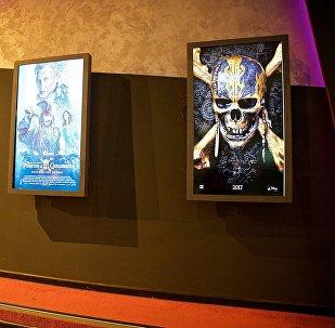 Анонсы с объявлениями фильмов в кинотеатре