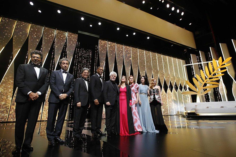 ასე ჩატარდა კანის 70-ე კინოფესტივალის გახსნა. ფოტოზე: ჟიურის პრეზიდენტი რეჟისორი პედრო ალმადოვარი და ჟიურის წევრები მარენ ადე, ჯესიკა ჩესტეინი, ფან ბინბინი, ანიეს ჟაუი, პალ ჩჰან უკი, უილ სმიტი, პაოლო სორენტინო და გაბრიელ იარედი ფილმის ისმაილის მოჩვენებები ჩვენებამდე