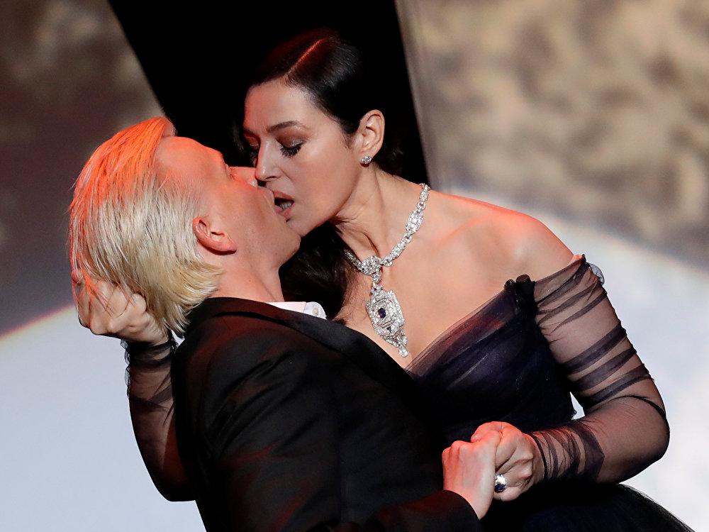 Юбилейный 70-й Каннский фестиваль начался с пикантной истории: прямо на сцене ведущая церемонии Моника Беллуччи неожиданно страстно поцеловала своего коллегу - французского актера Алекса Лутса, на глазах у гостей церемонии