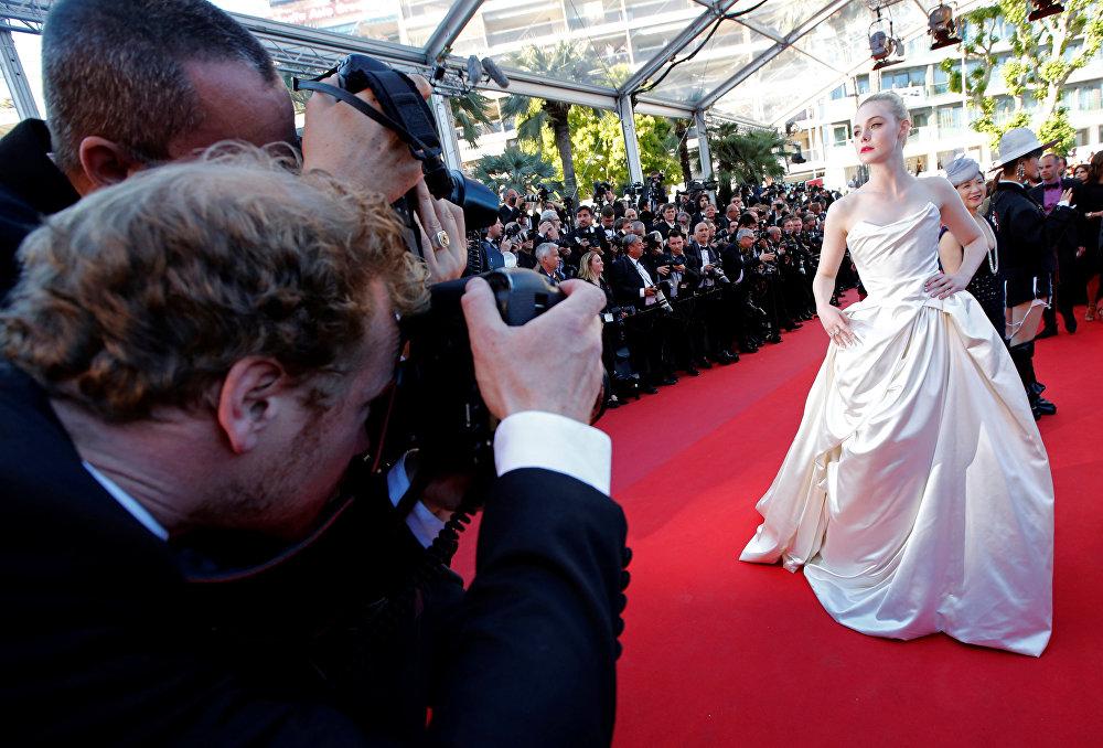 На красной дорожке Эль Фаннинг предстала в амплуа сказочной героини. Для своего выхода актриса выбрала воздушное атласное платье со шлейфом с необычными цветными узорами