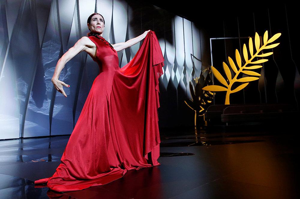 Испанская танцовщица Бланка Ли выступает на юбилейной 70-й церемонии открытия Каннского кинофестиваля перед показом фильма Призраки Исмаэля французского режиссера Арно Деплешена