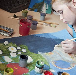 ბავშვი ხატვის პროცესში