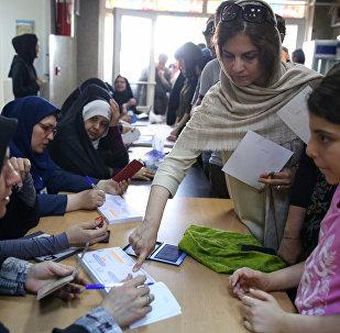 Голосование на избирательных участках Тегерана во время президентских выборов в Иране