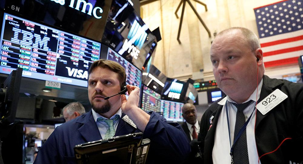 Трейдеры работают на площадке Нью-Йоркской фондовой биржи