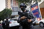 Офицер мексиканской полиции в оцеплении вокруг места преступления